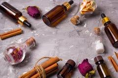 Pagina con le bottiglie stabilite della stazione termale fotografie stock libere da diritti