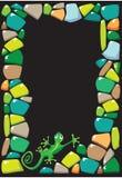 Pagina con le pietre e la lucertola colorate Immagine Stock