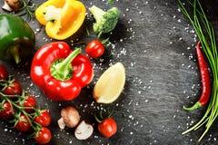Pagina con le verdure e le erbe organiche fresche Cibo sano co Fotografia Stock Libera da Diritti