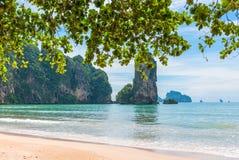 Pagina con una vista di alta scogliera ripida nel mare Fotografia Stock