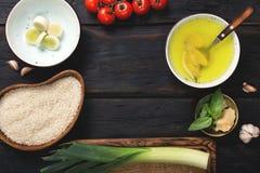 Pagina degli ingredienti crudi per la cottura del risotto sulla tavola di legno Immagini Stock Libere da Diritti