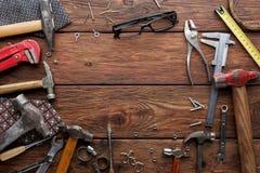 Pagina degli strumenti di riparazione su fondo di legno con lo spazio della copia Fotografia Stock Libera da Diritti