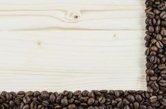 Pagina dei chicchi di caffè sulla tavola di legno Fondo Immagini Stock Libere da Diritti