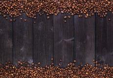 Pagina dei chicchi di caffè Vista superiore con lo spazio della copia Immagine Stock