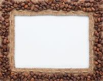 Pagina dei chicchi di caffè e della tela da imballaggio Fotografie Stock
