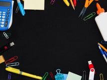 Pagina dei rifornimenti di scuola sul nero fotografie stock