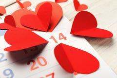 Pagina del calendario con i cuori rossi il 14 febbraio Fotografie Stock Libere da Diritti