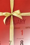 Pagina del calendario di nuovo anno sul contenitore di regalo rosso Fotografia Stock Libera da Diritti