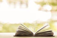 Pagina del libro del cuore - stile d'annata di effetto immagini stock libere da diritti