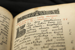 Pagina del libro di Litography Vecchia lettera iniziale Libro aperto con il beutifu Fotografie Stock Libere da Diritti
