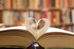 Pagina del libro nella forma del cuore Fotografie Stock Libere da Diritti