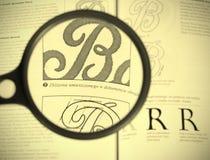 Pagina del libro veduta tramite il magnifier Immagini Stock