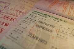 Pagina del passaporto con i timbri di controllo cinesi di immigrazione e di visto Immagini Stock