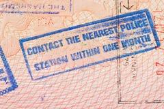 Pagina del passaporto con il timbro di controllo di immigrazione della Giordania che istruisce per contattare il commissariato di fotografie stock