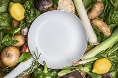 Pagina dell'aglio del pepe del limone di verdi della patata della cipolla degli ortaggi da frutto dei funghi e della pentola bian Immagini Stock