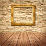 Pagina dell'oro che appende sul muro di mattoni moderno Fotografia Stock Libera da Diritti