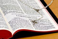 Pagina della bibbia - Corinthians immagini stock libere da diritti