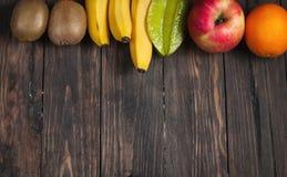 Pagina della frutta fresca su fondo di legno Fotografia Stock