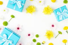 Pagina della raccolta e dei crisantemi blu dei contenitori di regalo su bianco Fotografia Stock