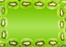 Pagina delle fette del kiwi isolate su un backgrou di verde di pendenza Immagine Stock