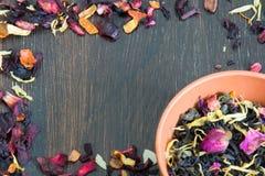Pagina delle foglie di tè secche con i petali e le erbe Immagine Stock