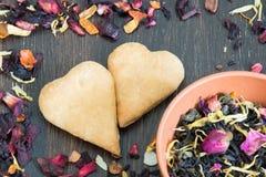 Pagina delle foglie di tè secche con i petali e le erbe per il giorno del ` s del biglietto di S. Valentino Fotografia Stock