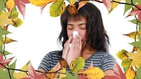 Pagina delle foglie e della sofferenza della donna dall'allergia che starnutisce video d archivio