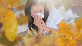 Pagina delle foglie e della sofferenza della donna dall'allergia che starnutisce stock footage