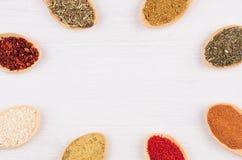 Pagina delle spezie asiatiche multicolori in cucchiai su fondo di legno bianco Fotografie Stock Libere da Diritti