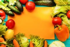 Pagina delle verdure con lo spazio arancio della copia Vista superiore e fuoco selettivo fotografie stock