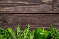 Pagina delle verdure, erbe su fondo di legno, vista superiore immagini stock libere da diritti