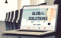 Pagina di atterraggio del computer portatile con il concetto globale delle soluzioni 3d Immagini Stock Libere da Diritti
