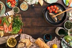 Pagina di gamberetto, del pesce grigliato, dell'insalata, degli spuntini e del vino bianco Fotografia Stock