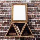 Pagina di legno in bianco del manifesto sullo scaffale superiore del triangolo con il industr del mattone Fotografie Stock