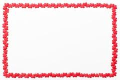 Pagina di piccoli cuori rossi su un fondo bianco Fondo festivo per il giorno del ` s del biglietto di S. Valentino, compleanno, n Immagini Stock