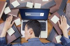 Pagina esaurita del browser e dello studente sul computer portatile Immagini Stock