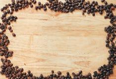 Pagina fatta dai chicchi di caffè sulla tavola di legno Fotografia Stock Libera da Diritti