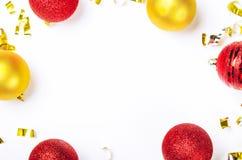 Pagina fatta dei giocattoli di Natale con rosso e dorato e dei coriandoli di stagnola su fondo bianco Posto per l'iscrizione fotografie stock