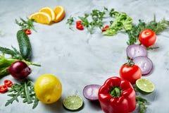 Pagina fatta della frutta e delle verdure su fondo bianco, spazio della copia, fuoco selettivo, disposizione piana, primo piano Fotografia Stock Libera da Diritti