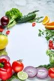 Pagina fatta della frutta e delle verdure su fondo bianco, spazio della copia, fuoco selettivo, disposizione piana, primo piano Fotografia Stock