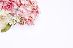 Pagina fatta delle rose rosa e beige, foglie verdi, ortensia blu fotografia stock libera da diritti
