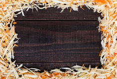 Pagina fatta di insalata Cavolo e carote tagliati freschi In mezzo ad uno spazio di legno scuro Fotografie Stock Libere da Diritti