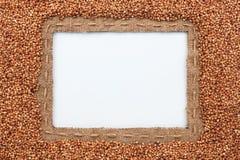 Pagina fatta di tela da imballaggio con le bugie del grano del grano saraceno e della linea sopra Immagini Stock Libere da Diritti