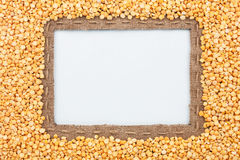 Pagina fatta di tela da imballaggio con le bugie del pisello del grano e della linea su bianco Fotografia Stock Libera da Diritti