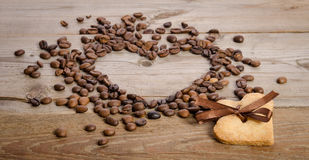 Pagina il cuore dai chicchi di caffè e dal biscotto-cuore due Fotografia Stock