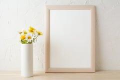 Pagina il modello con le camomille bianche e gialle in vaso Fotografie Stock
