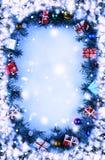 Pagina Immagine tonificata Fondo di Natale con le decorazioni ed i contenitori di regalo sul bordo di legno Immagine Stock Libera da Diritti