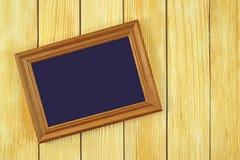 Pagina la menzogne su un fondo delle assicelle di legno Fotografia Stock Libera da Diritti