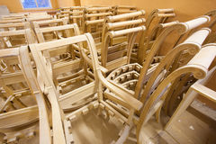 Pagina le sedie della quercia ad una fabbrica della mobilia Fotografia Stock