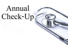 Pagina met Jaarlijkse Controle op de lijst met medische stethoscoop, stock foto's